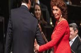 Sophia Loren dazzles at the age of 85 as she wins a lifetime achievement award in Vienna